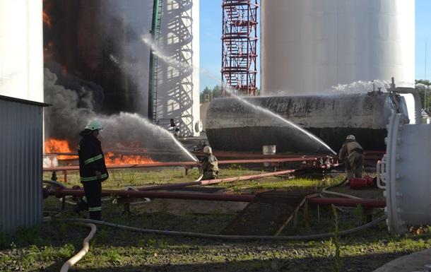 На горящей нефтебазе под Киевом произошла серия взрывов