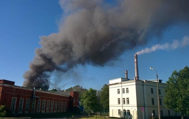 В Эстонии горит завод: целому городу грозит химическое заражение