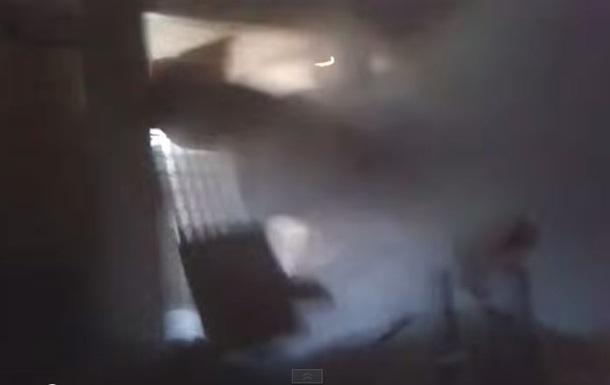 Бойцы  Азова  сняли на видео, как к ним в комнату прилетел снаряд