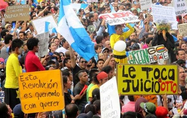 В Гватемале тысячи протестующих требовали отставки президента