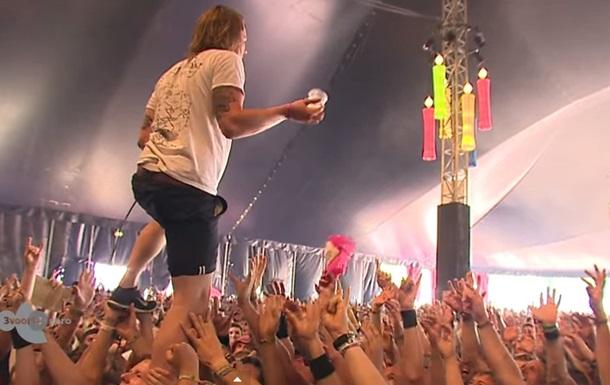 Голландский музыкант поймал стакан пива, стоя на руках у толпы
