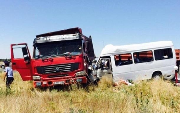 Микроавтобус врезался в грузовик в Казахстане: 14 погибших