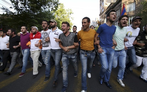 В Ереване демонстранты создают баррикады из урн