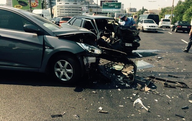 В Днепропетровске на мосту столкнулись три автомобиля