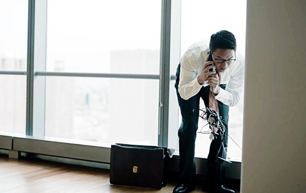Скованные проводами: Samsung высмеяла владельцев iPhone в новом ролике