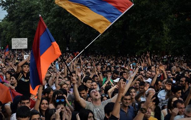 Протестующим в Ереване дали полчаса до разгона. Онлайн-трансляция