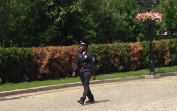 Сержант Джонс . В Киеве сняли фейковое видео о полицейском