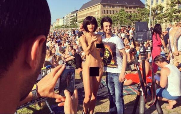 В Париже арестовали художницу за селфи в обнаженном виде