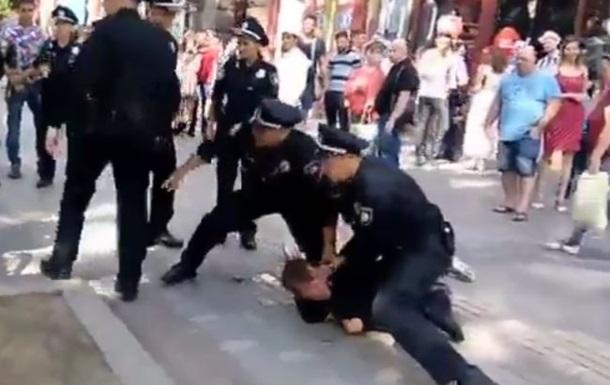 В центре Киева полиция  скрутила  пьяного прохожего