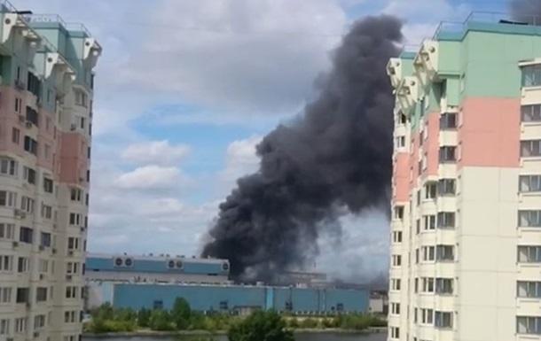 В Москве на бывшем заводе ЗИЛ возник масштабный пожар