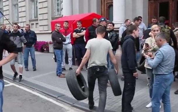 Правый сектор пикетирует ОГА во Львове и Запорожье