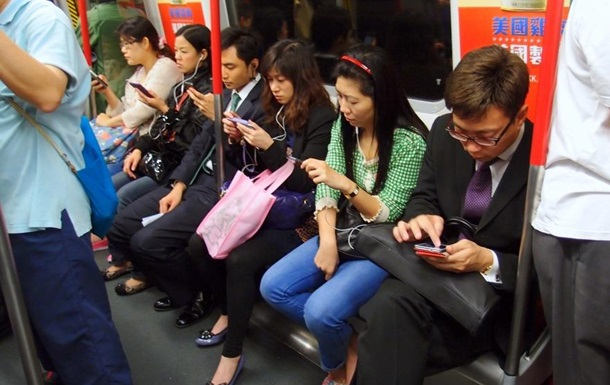 Ролик о китаянке с  умершим  смартфоном озадачил пользователей Сети