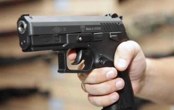 Под Киевом мужчина стрелял по людям, а одному откусил фалангу пальца