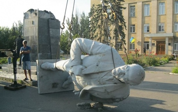 На Херсонщине возле Крыма снесли памятник Ленину