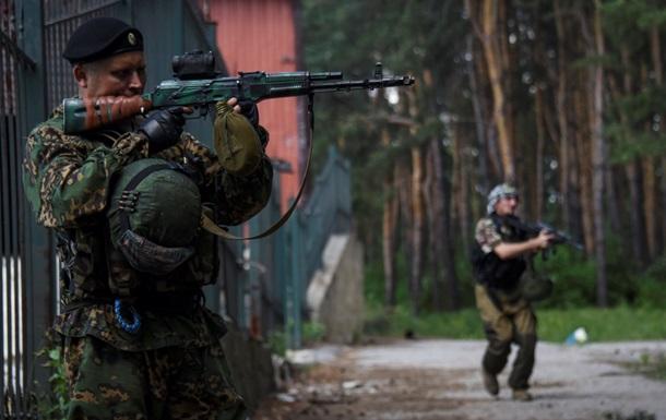 В Марьинке идет бой, ранены трое жителей