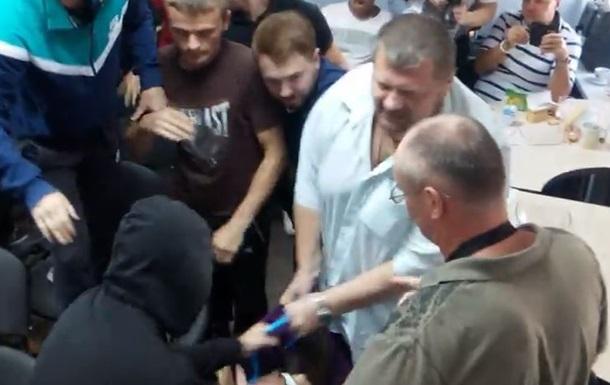 Депутаты Ляшко избили шоумена Дурнева