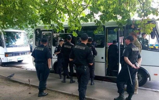 В Киеве под офис Правого сектора милиция пригнала автозаки