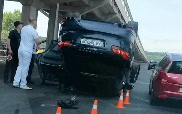 В Киеве на мосту перевернулся Porsche: возникла пробка