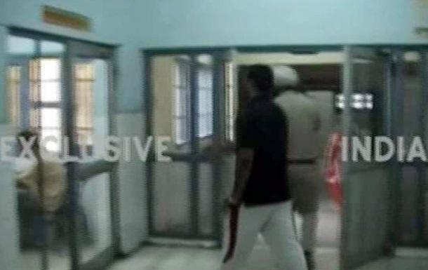 Неизвестные напали на автобус и отдел полиции в Индии