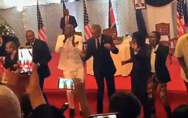 Обама станцевал с президентом Кении
