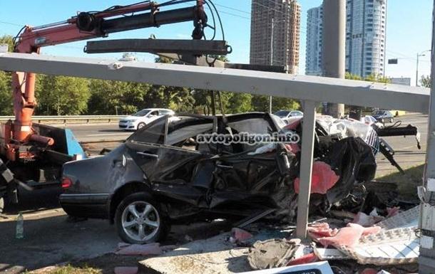 В Киеве Mercedes влетел в заправку: есть пострадавшие