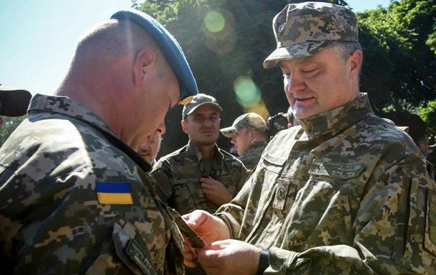 Порошенко в Слов янську зробив командувача ПДВ генералом