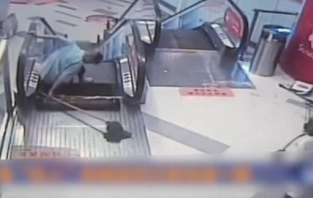 В Китае эскалатор  засосал  мужчину