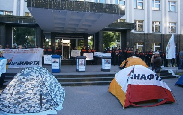 Участники пикета под Укртранснафтой требуют уволить руководство компании