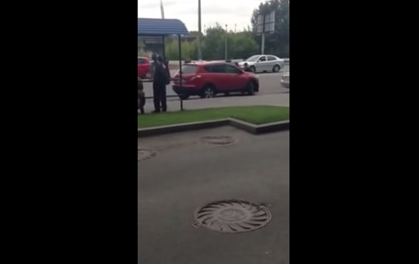 В Киеве женщина  прокатила  на капоте патрульного
