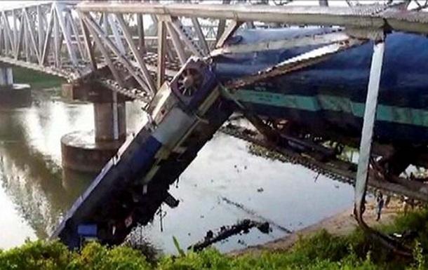 12 человек стали жертвами схода с рельсов двух поездов в Индии