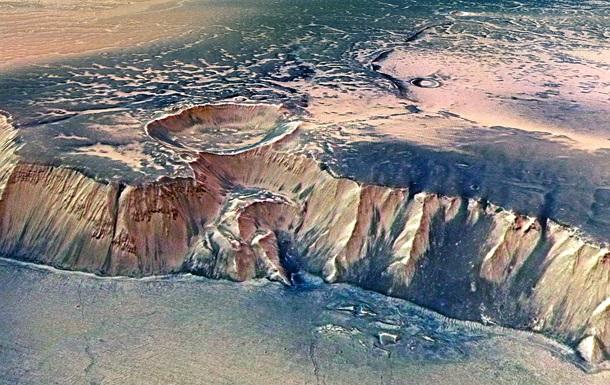 NASA запечатлело на Марсе  женщину в плаще