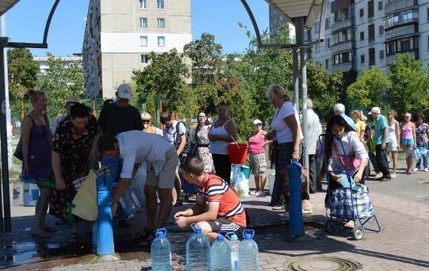 В Киеве на Оболони водный коллапс: у бюветов огромные очереди