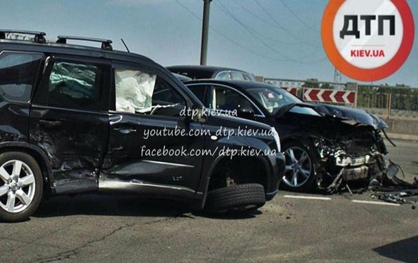 Дорогое ДТП в Киеве: столкнулись три элитных авто