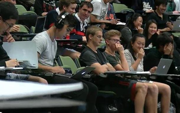 Видеохит: в Сиднее студент  попался  на просмотре фильма для взрослых