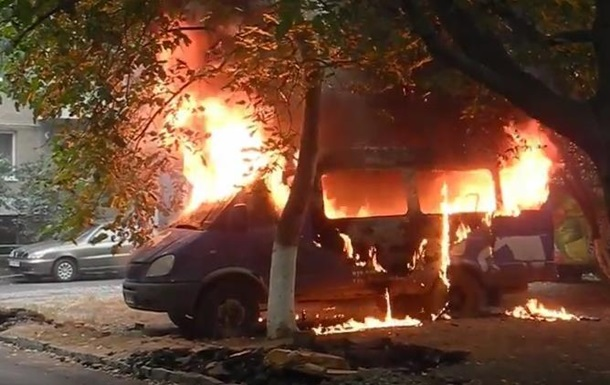 В Ужгороде сгорели микроавтобус и две машины