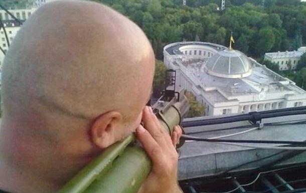 В сети обсуждают фото мужчины, целящегося гранатометом в Раду