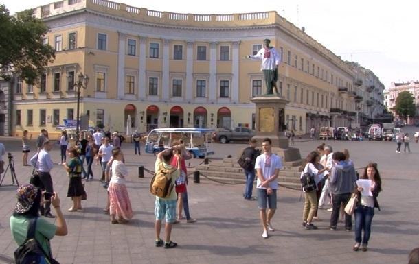 Памятник Дюку в Одессе нарядили в вышиванку