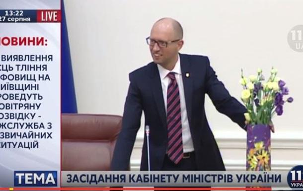 Аваков подарил Яресько и Яценюку расписанную гильзу от артснаряда
