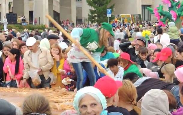 В российском Татарстане людей накормили пирогом с лопаты