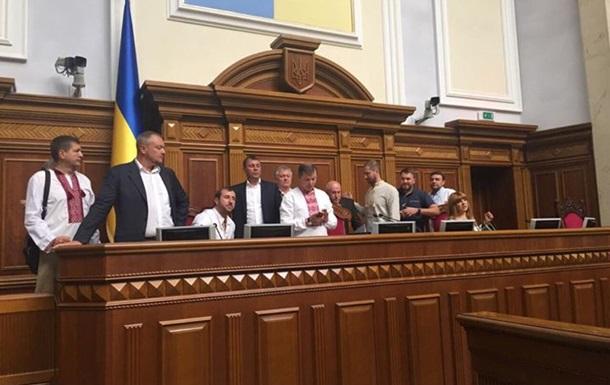 Нардепы Радикальной партии заблокировали трибуну Рады