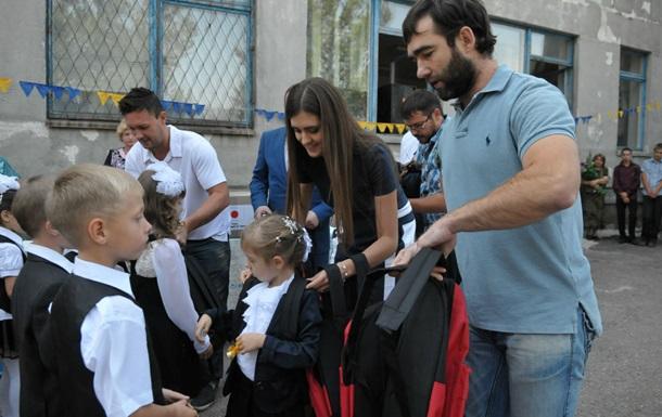 В Донецкой области детей с первым сентября поздравили известные хоккеисты