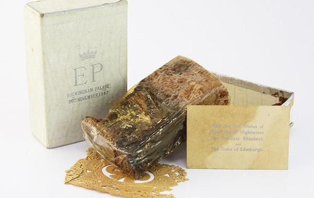 В Британии продали кусок 68-летнего свадебного торта Елизаветы II