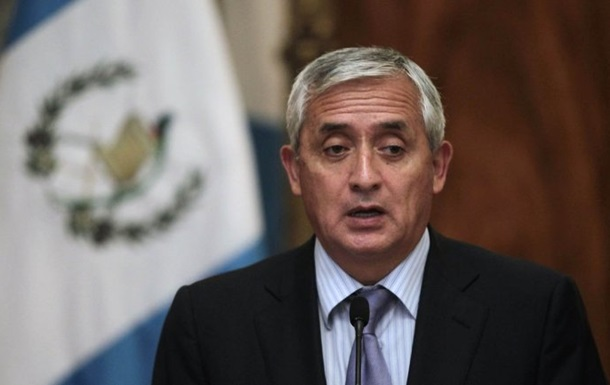 Президент Гватемалы ушел в отставку из-за обвинений в коррупции
