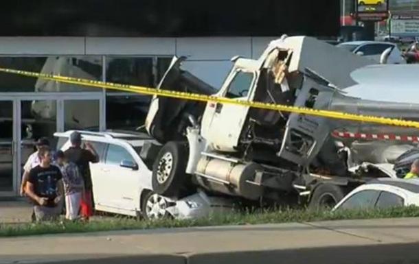 Американец, поперхнувшись газировкой, разбил более 20 новых автомобилей