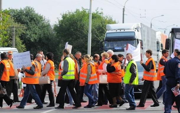 В Волынской области работники автодора перекрыли трассу
