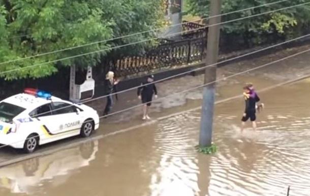 Львовские полицейские на руках вынесли застрявших в маршрутке пассажиров