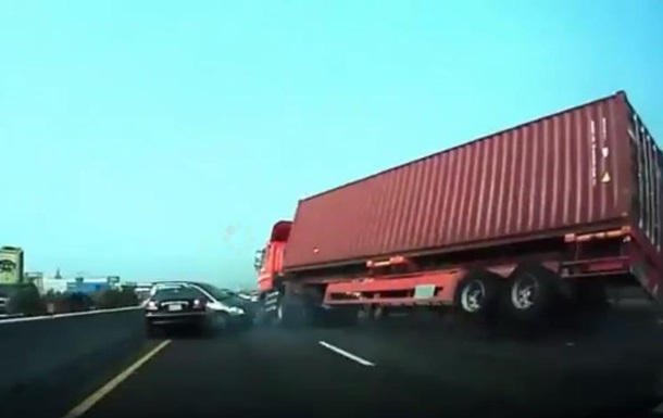 Видеорегистратор заснял падение грузовика на легковое авто