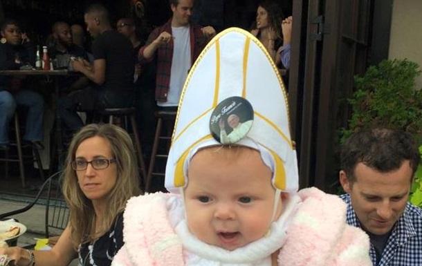 Папу Римского развеселил ребенок в наряде понтифика