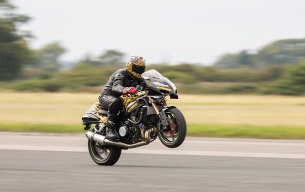 Британец установил рекорд по скоростной езде на заднем колесе байка