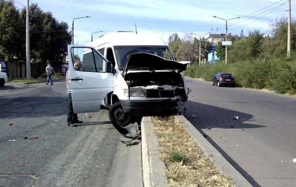 В Запорожье маршрутка въехала в авто: трое пострадавших